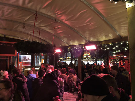 Glühwein-Stand mit Heizung auf einem Weihnachtsmarkt