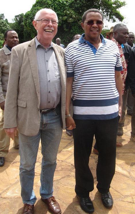 Der Schulleiter Köhler mit dem tansanischen Präsidenten Kikwete