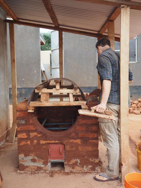 Ein Ölfass dient als Brennraum für den Ofen