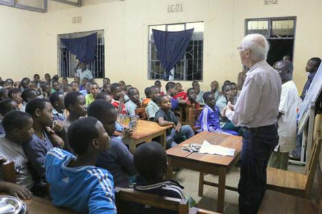 Schulleiter Köhler erklärt das Prozedere und verkündet später die Wahlergebnisse