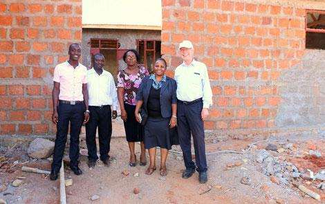 Mitglieder des neuen School Boards: v.l.n.r. Teacher Issack, Teacher Mtango, Elizabeth Kiondo, Hon. Beatrice John Ngowi und Dr. Karl-Heinz Köhler