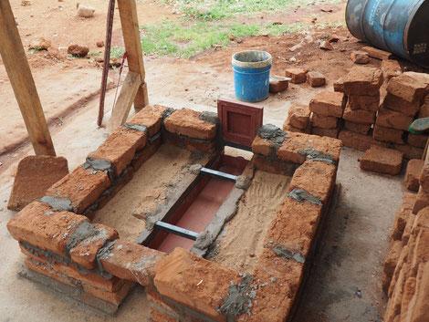 Das zementierte Fundament mit den ersten Lehmziegeln