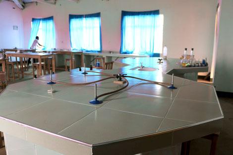 Von außen und von innen: Das neue Labor für Chemie, Physik und Biologie in der Oberstufe.
