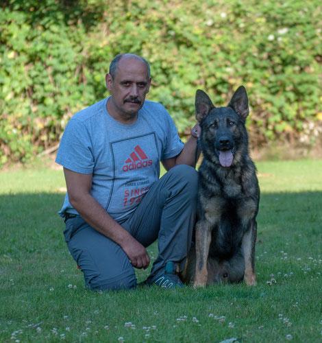 Vorsitzender Daniel Liskamm mit Baxter vom Hundepit