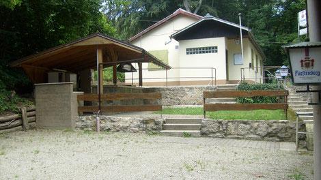 Grillstation und kleiner Festplatz