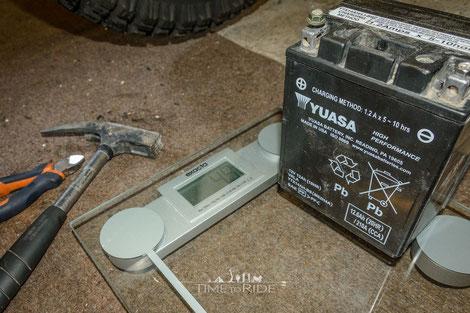 Gewicht einer herkömmlichen Motorradbatterie
