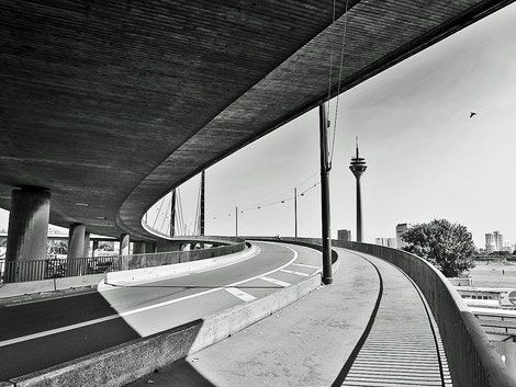Rhein.kniebrücke