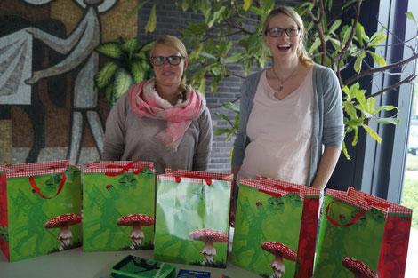 Frau Rüger und Frau Heckenkemper mit Schulmaterial für die Flüchtlingshilfe