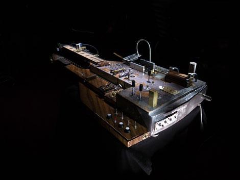 einzelstück david bergmann design kunst provokant laut industrial sanft slide guitar