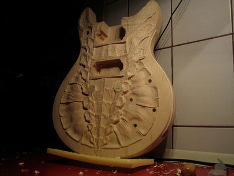 David Bergmann skulpturen schnitzerei carving wood luthier guitar steampunk instruments skulpture art