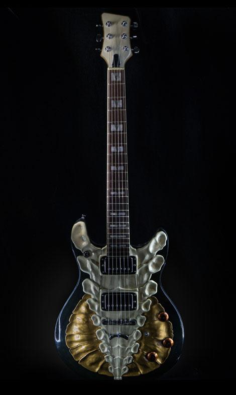 David Bergmann Steampunk vintage Skulptur sculpture Farbgestaltung kunsthandwerk schnitzerei Knochen gitarre Luthier Giger