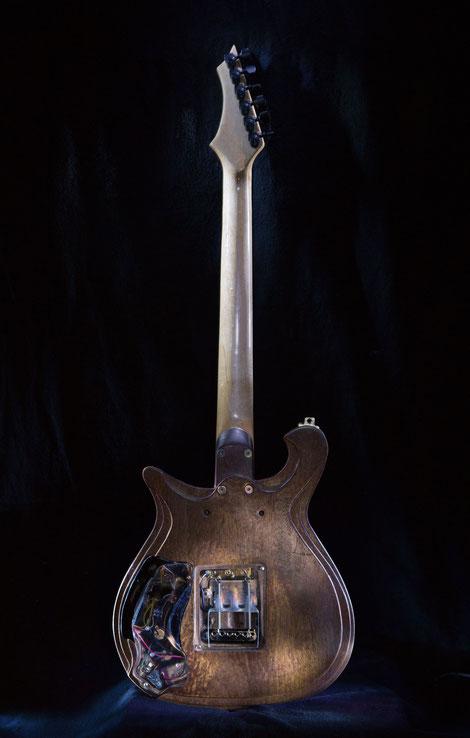 David Bergmann Guitar Gitarrenbau Steampunk custom vintage carvings hand made mahagoni ahorn maple Luxuriös Lusso Edel Technik Sustainiac Sustainerboard Einzelstück Handarbeit Ahorn Messing David Bergmann