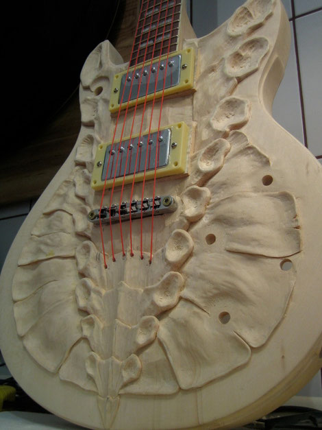 David Bergmann carvings wood luthier guitar solidbody six strings steampunk vintage custom bones leaves holz schnitzerei skulptur