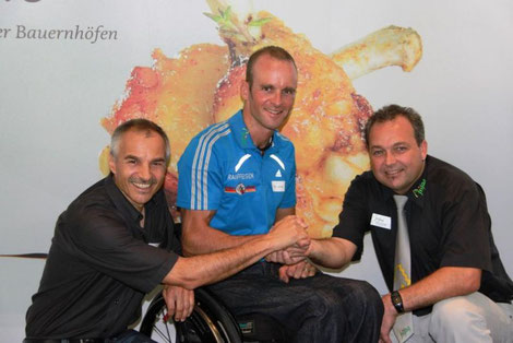 """Valentin Stöckli (links), Andi Schmal (rechts), Cornel Villiger (Mitte) zum Start auf einen """"beflügelnden"""" gemeinsamen Weg!"""