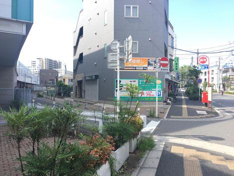 通りに出たら、すぐにぐるっと左に回ります。線路沿いの道に入ってください。