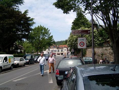 Jedes erste Juni-Wochenende pilgern tausende Fotofreaks nach Biévres, südich von Paris.