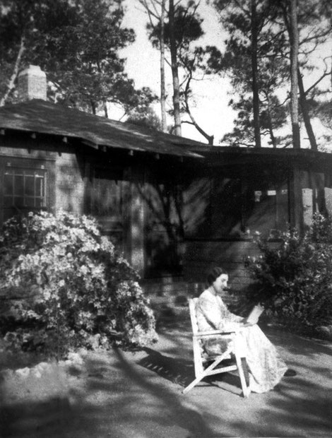 1952 ; Mehera Irani reading in the Womens Compound on the Center.