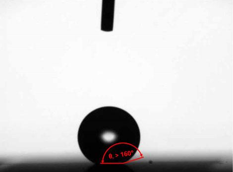 Kontaktwinkelmessung einer hydrophoben Struktur (Θ c > 160 °).