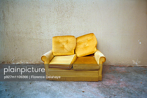 canapé doré abandonné dehors