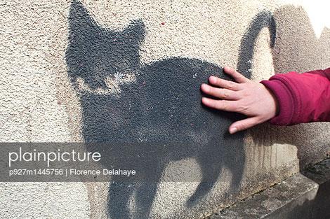 Graffiti pochoir, silhouette de chat à Lyon X-Rousse, caresse...