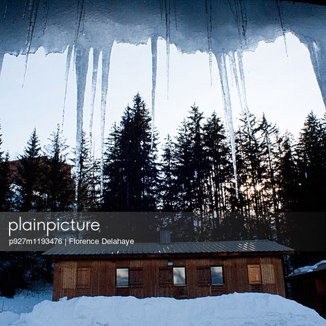 p927m1193476;Alps  Good weather  Shutter Architecture  House  Sierra Blank Space  Ice  Snow Blue  Iced  Summer cottage Blue hour  Icicle  Sunset Building  Mountain cabin  Sunshine Cabin  Mountains  Symmetry Central perspective  Nobody  Travel Copy space