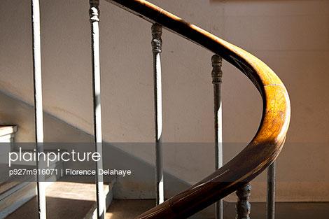 la rampe dans l'escalier. la rampe en bois. la cage d'escalier.