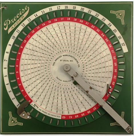Sumadora PRECISE ADDER, hecha por The Precise Manufacturing Co., St Louis Mo., 23x23 cm