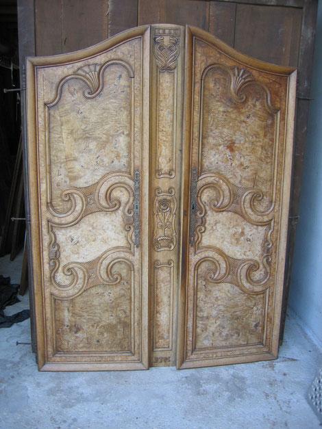 Portes d'armoires bressane, en merisier avec panneaux en loupe de frêne