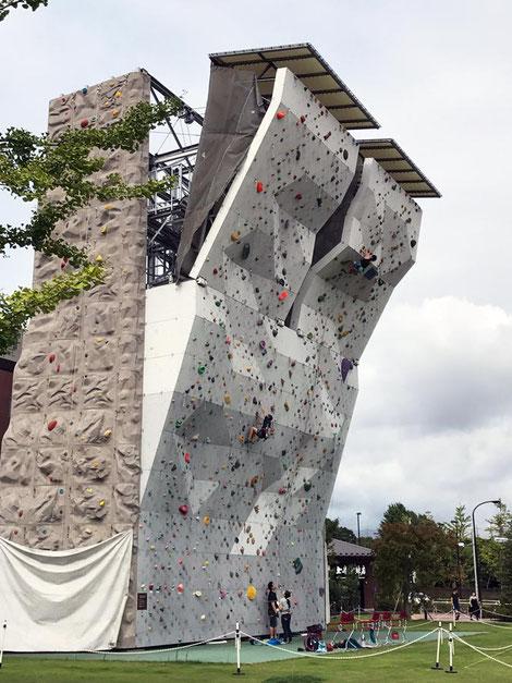 少年たちが練習していた。 よくこんな反り返った壁を素手で登れるものだね!