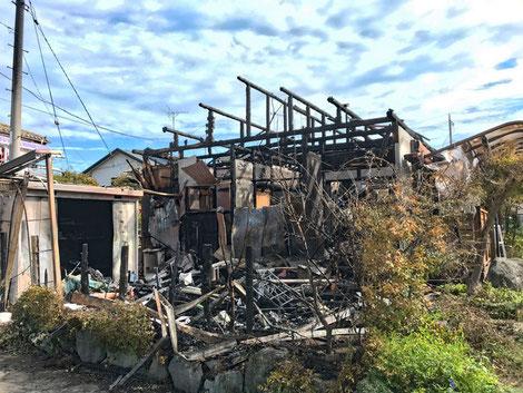 隣家はほとんど全焼していた。怪我人や延焼がなかったのは不幸中の幸い