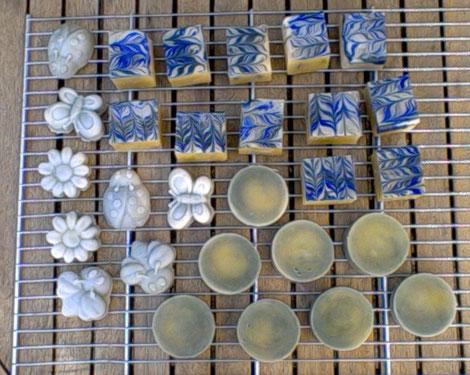 En haut : savon marbré oxyde bleu et chlorophylle, parfumé aux huiles essentielles de menthe, lavande et romarin. En bas et à gauche, savon à la chlorophylle.