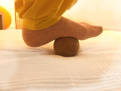 Mit dem Ball die Fußsohlen lösen und entspannen