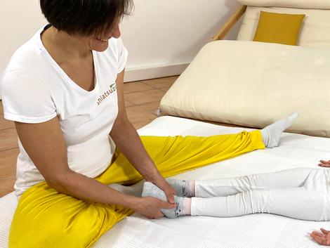 Katharina Grotte zeigt eine entspannende Shiatsu Fußbehandlung
