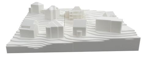 3D-Druck Umgebungsmodell im Maßstab 1:200 mit 2 Varianten der Einsatzplatte, mit einer sehr filigranen Struktur am Hauptgebäude.