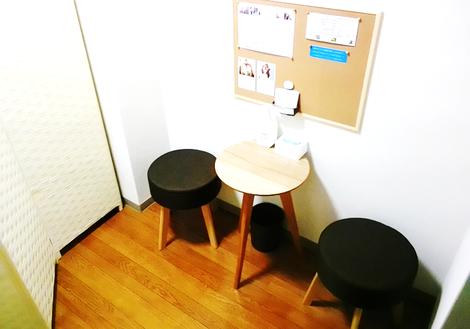 待合スペースです。一休みしてください。施術後はこちらで冷水か白湯をお出ししています。