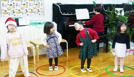 幼稚園児のクリスマス会のリトミックで、音楽似に合わせて振り付け。豊かなy表現力で音楽を楽しんでいます。
