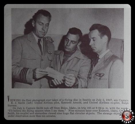 La visualizzazione della prima fotografia mai presa prima di un disco volante a Seattle il 5 luglio, 1947 . Cap. E.J. Smith, Kenneth Arnold, Ralph Stevens ( al centro )
