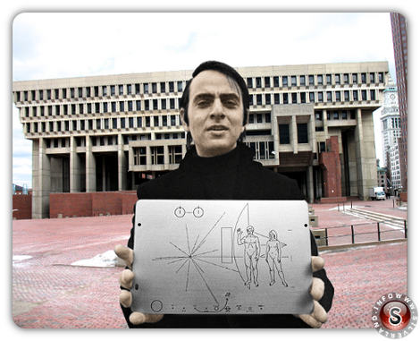 Carl Edward Sagan con  una copia della targa applicata sulla sonda Pioneer 10 di fronte al municipio di Boston USA - Version colour by Silverland