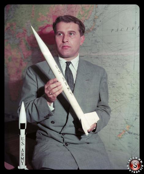 Wernher von Braun in possesso di un modello di razzo, 5 agosto 1955 presso il Pentagono a Washington.