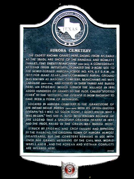"""Nel cimitero pubblico di Aurora, una targa recita che : Il """"pilota marziano"""", deceduto all'impatto nell'incidente di Aurora del 1897, fu sepolto regolarmente nel cimitero del paese ."""