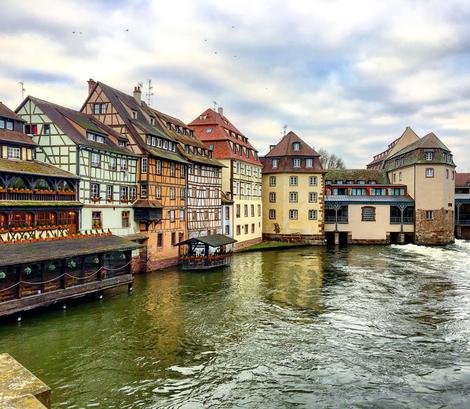 La Petite France quartiere caratteristico di Strasburgo Francia Alsazia patrimonio UNESCO case a graticcio sul fiume