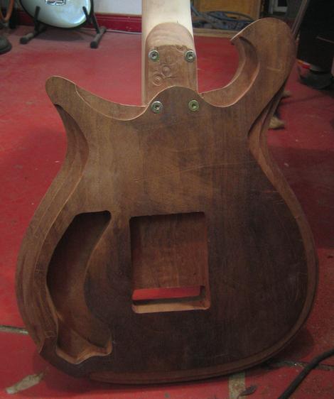 Guitarbody Fräsen Oberfräse Tremolofach Elektrikfach Kabel Pickup Abschirmung Gitarrenhals Verschraubt Rückseite Gitarrensaiten
