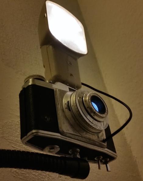 Die klemmt david Bergmann lichtdesign upcycling modern art kunst Klemmlampe fotoapperat kamera schwanenhals klemme Blitzlicht schaltbar