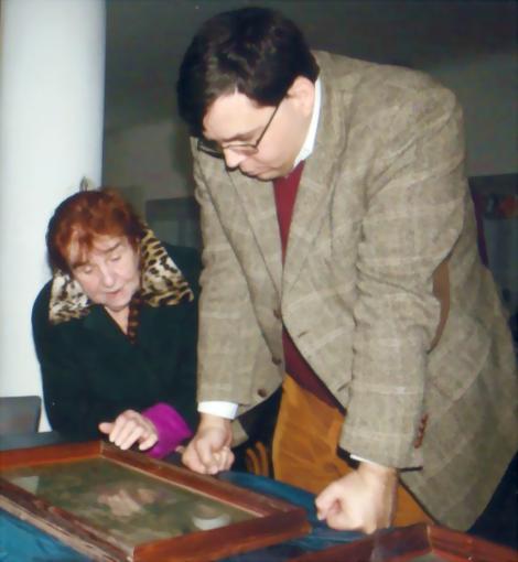 Bettina Heinen-Ayech (1937-2020) im Jahr 2012 mit Herrn Dr. Haroun Ayech, bei der Katalogisierung eines Gemäldes von Erwin Bowien im bayerischen Kreuzthal bei Kempten