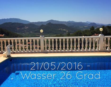 21/05/2016, Wassertemperatur 26 Grad, Pool der Ferienwohnung Valencia mit Blick über die Berge von Monterrey