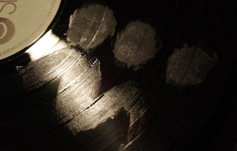Flecken auf der Schallplatte vor der Wäsche mit längerer Einwirkzeit der Reinigungsflüssigkeit