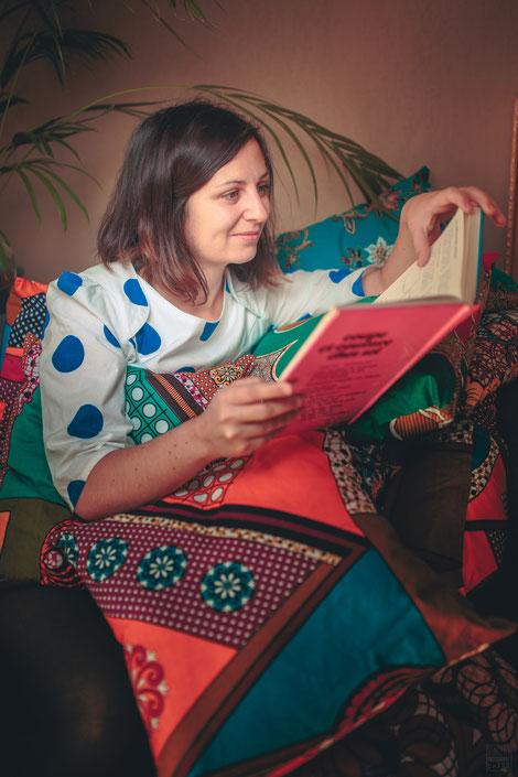 Julie créatrice de Ju by Jj, coussins wax et batik, top La Blonde Delphine et Morissette, livre couture vintage