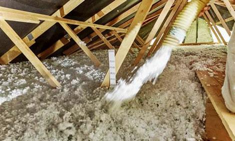 Holzhaus ohne Dachausbau wird bei Berg Schwedenhaus mit Aufblasdämmung gedämmt