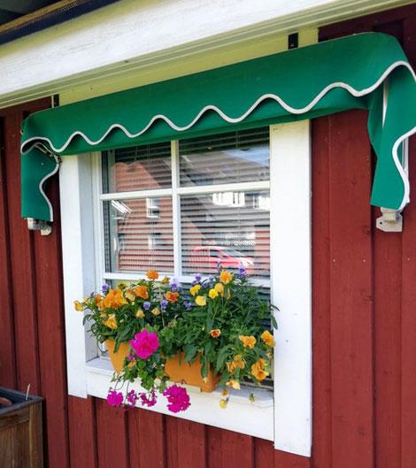 Fenster Aussenansicht von rotem Holzhaus im Schwedenstil von Berg