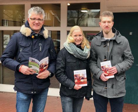 Die KSB-Geschäftsführer Christoph Rohling (Cloppenburg, links) und Robin Pahl (Vechta, rechts) präsentieren gemeinsam mit der Sportreferentin Bettina König (Mitte) die neuen Bildungsangebote.